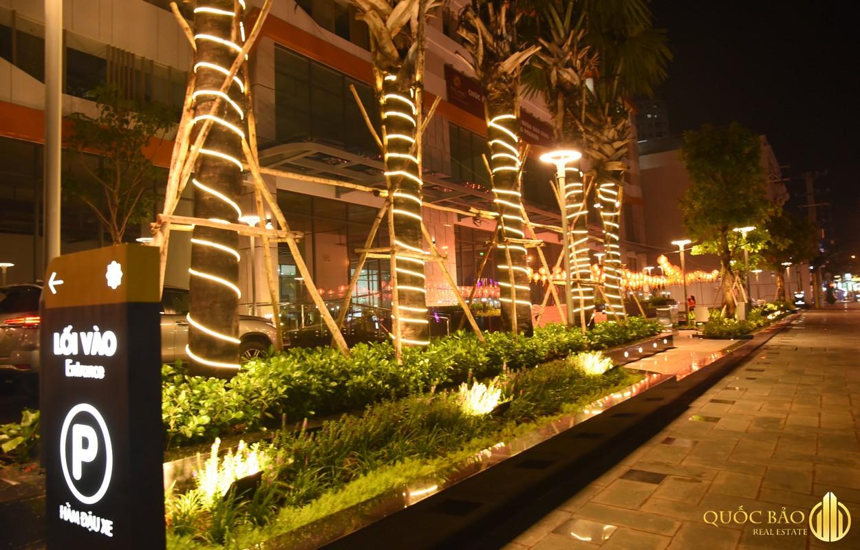 Lối vào Phú Đông Premier vào buổi tối